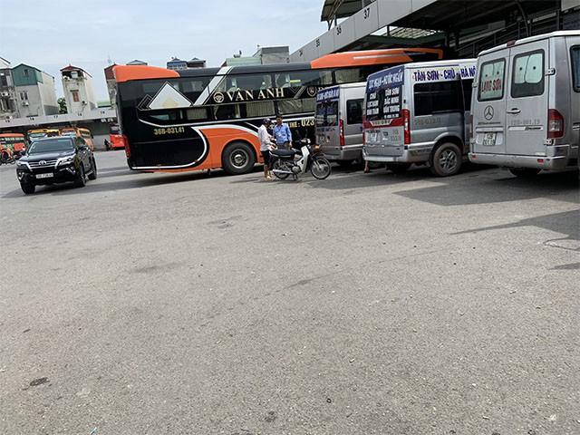 Chiếc ô tô con phi sát tận xe khách để gửi hàng đi tỉnh để kịp chuyến.