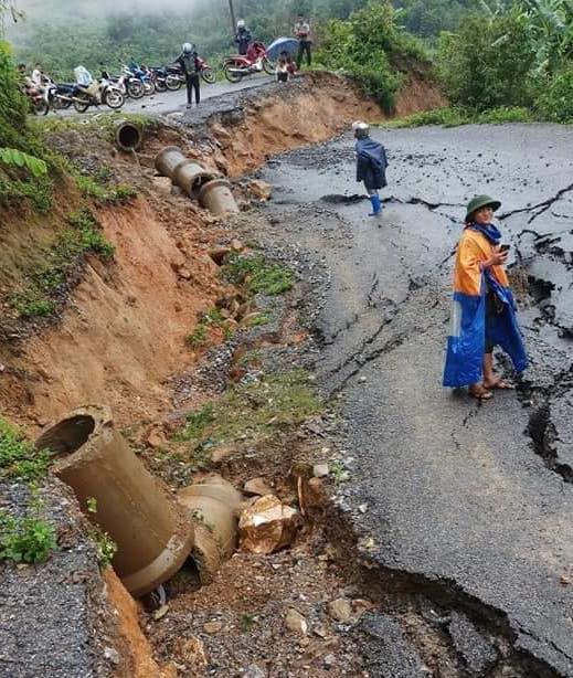 Mưa lớn gây sụt lún đường làm ảnh hưởng đến quá trình đi lại của người dân ở Phong Thổ, Lai Châu. Ảnh: Hữu Thịnh