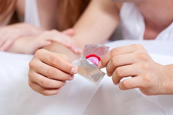 Dùng bao cao su làm một cách phổ biến để phòng các bệnh lây qua đường tình dục. Ảnh minh họa.