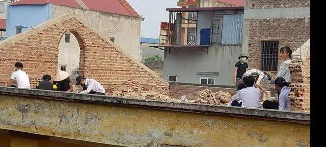 Học sinh bị phạt đẽo gạch trên mái nhà giữa trời nắng nóng (Ảnh: Internet)