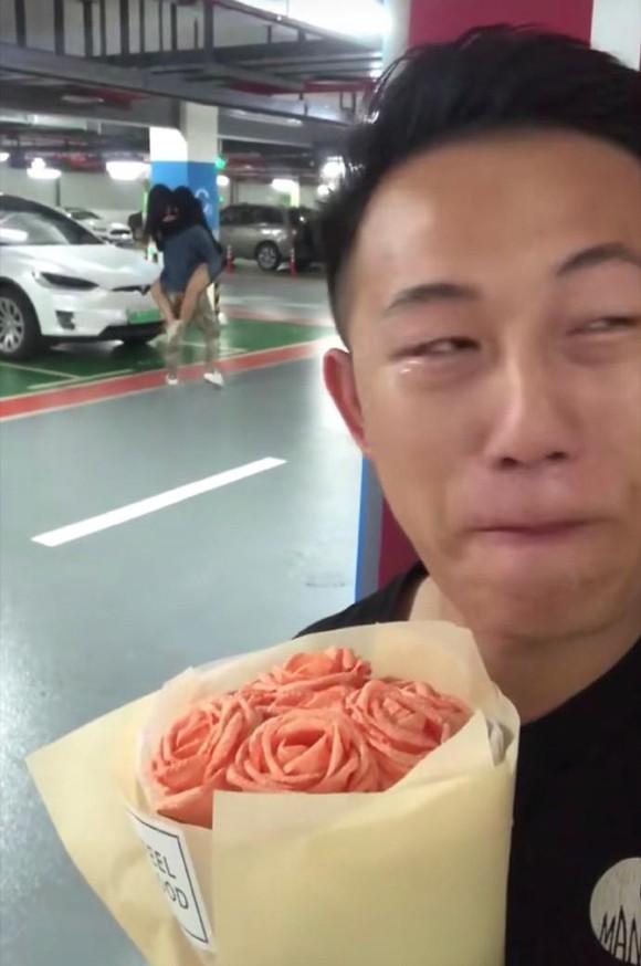 Chàng thanh niên bật khóc khi chứng kiến bạn gái phản bội. Ảnh: Twitter.