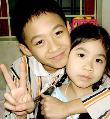 Vân Anh bên anh trai năm 2008, lúc 6 tuổi. Ảnh: Hồng Vân.