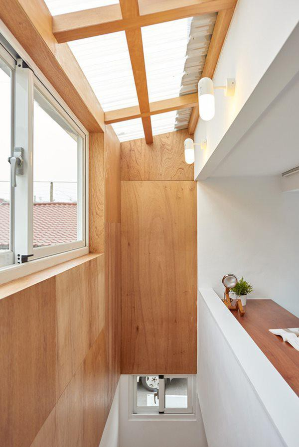 Ngay cạnh đó là cầu thang gỗ dẫn lên gác lửng.
