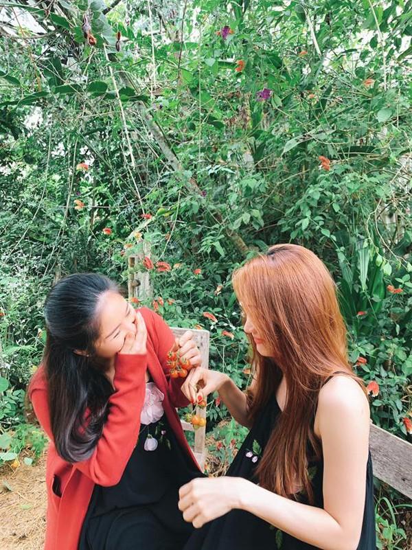 Cùng đi du lịch với gia đình Lê Phương còn có Ngân Khánh. Cả hai là bạn thân hơn 10 năm sau lần đóng chung trong phim Tường Vy cánh mỏng.