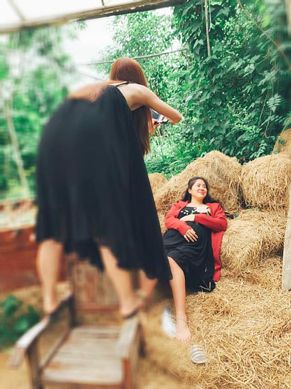 Ngân Khánh nhiệt tình chụp hình cho cô bạn thân trong kỳ nghỉ.