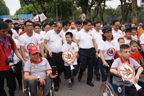 """Hơn 5.000 người dân Thủ đô đi bộ quanh bờ hồ Hoàn Kiếm kêu gọi cộng đồng """"Không uống rượu bia khi lái xe"""". Ảnh: PV"""