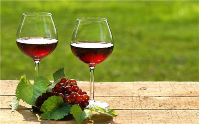 Uống một số lượng lớn rượu vang cũng gây độc hại như rượu mạnh. Ảnh minh hoạ.