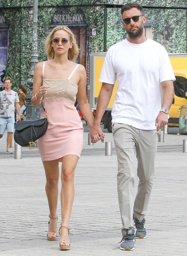 Jennifer và vị hôn phu Cooke Maroney.