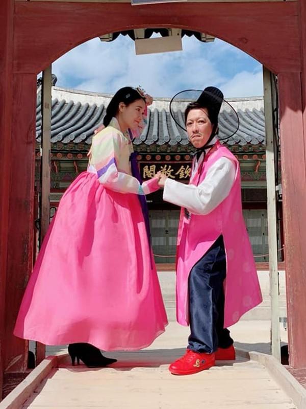Sau hôn lễ, Nhã Phương liền vướng tin đồn mang thai, sinh con gái đầu lòng nhưng cặp đôi từ chối bình luận về chuyện đời tư. Trên trang cá nhân, họ đăng tải hình ảnh tình cảm bên nhau tại Hàn Quốc và nhận được lời chúc phúc từ khán giả.