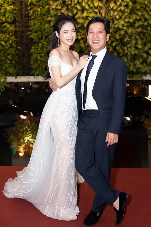 Đến cuối tháng 4/2019, đôi vợ chồng nghệ sĩ nổi tiếng lần đầu sóng đôi với nhau trên thảm đỏ sau kết hôn. Họ thoải mái chụp ảnh, dành cho nhau nhiều cử chỉ tình cảm trước đông đảo khán giả.