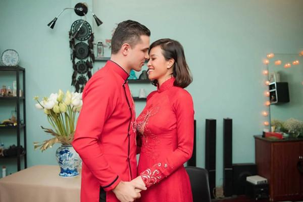 Chồng Tây mặc áo dài đỏ truyền thống trong đám hỏi chiều lòng siêu mẫu Phương Mai.
