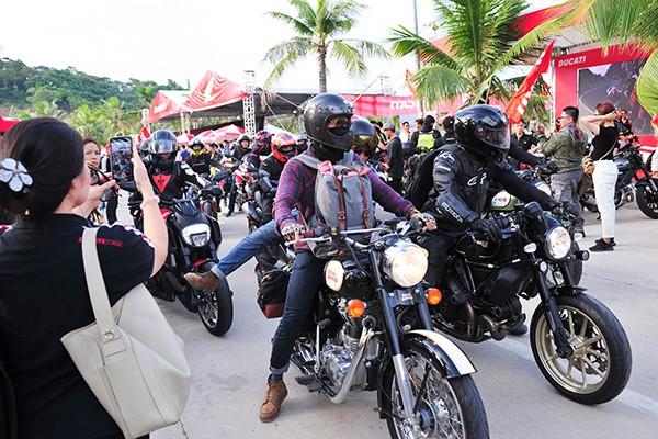 Các biker nườm nượp đổ về khu du lịch đảo Tuần Châu.