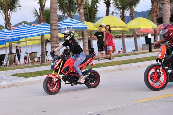 Không ít các biker nữ cũng hòa cùng không khí sôi động này.