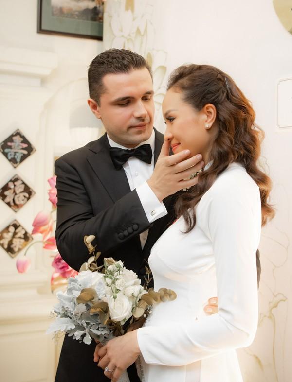Chồng Tây lau nước mắt cho Phương Mai trong lễ rước dâu sáng ngày 15/6.