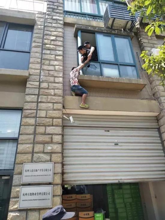 Thanh niên định quyên sinh từ bậu cửa sổ căn hộ tầng 2, phía dưới đất trải mấy chiếc chăn bông.