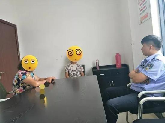 Cảnh sát đang giáo dục tâm lý cho nam thanh niên 28 tuổi và bà mẹ được coi là nguyên nhân cho hành động điên rồ của người con