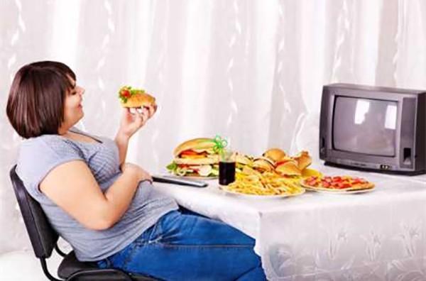 Vừa ăn vừa xem tivi sẽ làm tăng nguy cơ béo phì