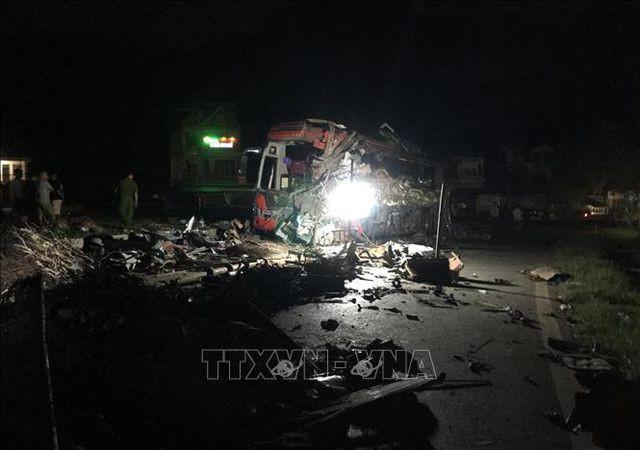 Cú tông cực mạnh khiến chiếc xe khách nát bét một bên sườn xe, các mảnh vỡ văng tung tóe khắp nơi.