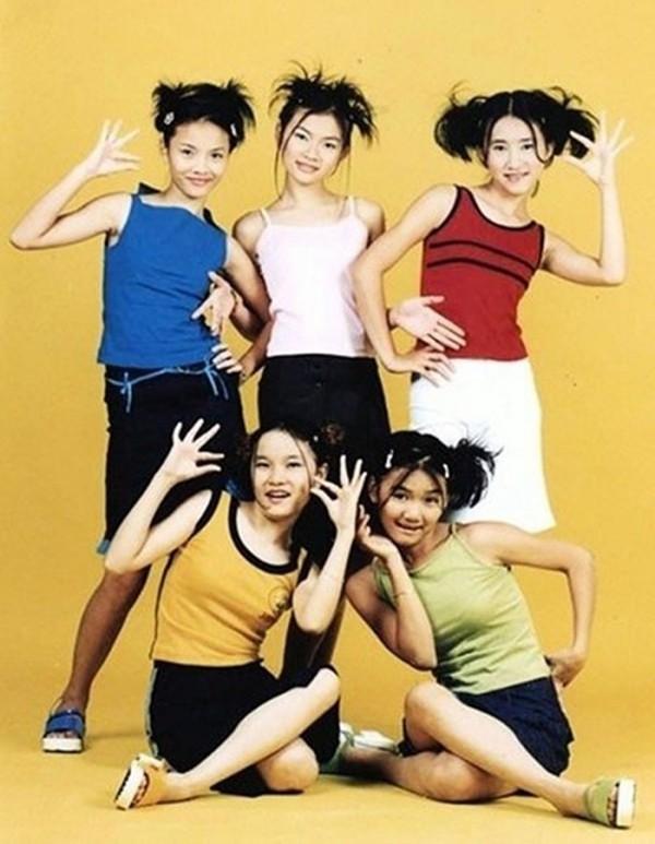 Nhóm Mây Trắng ra mắt khán giả vào năm 2000 với năm thành viên: Yến Trang, Thu Thủy, Ngọc Châu (hàng trên), Thu Ngọc, Anh Thúy (hàng dưới)