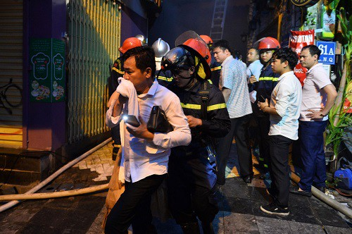 Cảnh sát giải cứu 25 người trong vụ cháy khách sạn ở Hà Nội