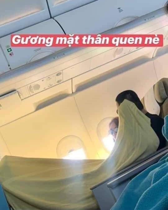 Đắp chung chăn trên máy bay
