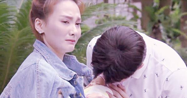 Thư vừa ôm con, vừa nghẹn ngào khóc. Còn Vũ ở bên, cúi xuống hôn trán đứa nhỏ.