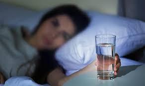 Không nên uống nước trước khi ngủ
