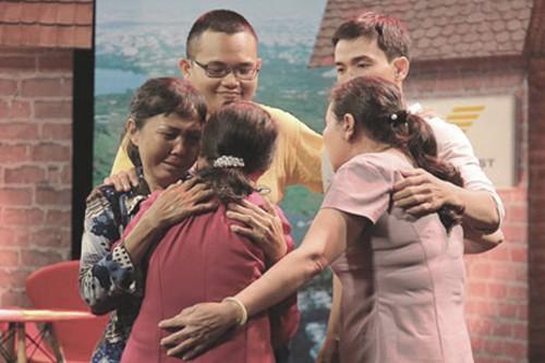 Chị Nga (trái) ôm lấy mẹ ngày 2/6, lần đầu tiên sau 44 năm xa cách. Đằng sau chị là con trai (áo vàng) cùng em gái và cháu trai. Ảnh: Như chưa hề có cuộc chia ly.