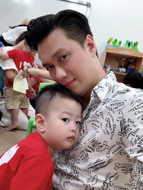 Hình ảnh bé Đậu Đậu quấn chặt lấy bố trong ngày đầu tiên đến lớp cách đây ít hôm.
