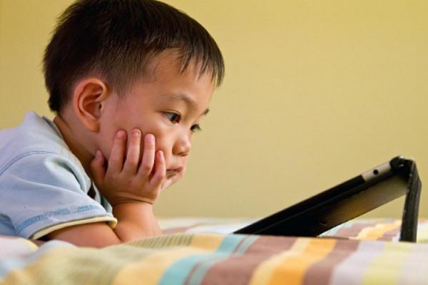 Cho trẻ tiếp xúc quá sớm với công nghệ là một sai lầm phổ biến của các bậc phụ huynh thời công nghệ số.