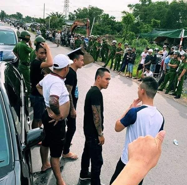 Vụ nhóm giang hồ xăm trỗ vây xe công an tại Đồng Nai: Bắt thêm đối tượng, khởi tố vụ án  - Ảnh 1.