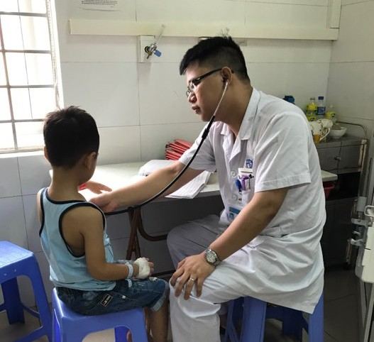 Thăm khám cho bệnh nhi trước khi ra viện