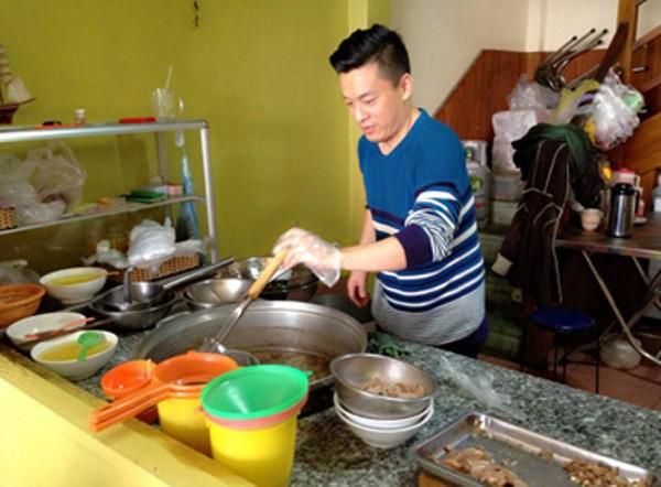 Với Lam Trường, chuyện vào bếp không chỉ dành riêng cho phụ nữ, mà cánh mày râu vẫn có thể giúp đỡ khi rảnh rỗi.