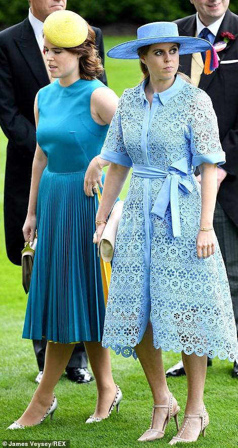 Hai nàng công chúa nước Anh xuất hiện giản dị.