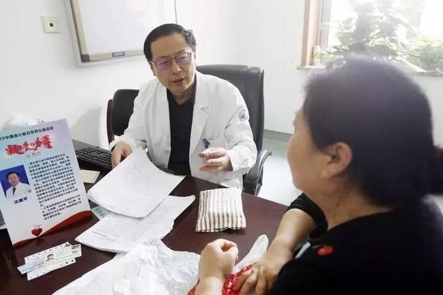 Bác sĩ Thẩm Kiến Bình trong lần khám cho bệnh nhân