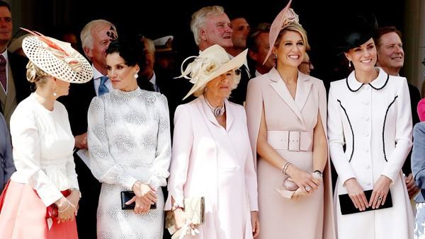 Kate ngó lơ mẹ chồng trong một sự kiện gần đây.