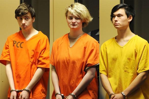 Các bị cáo từ trái sang: Kayden McIntosh (16 tuổi), Denali Brehmer (18 tuổi) và Caleb Leyland (19 tuổi) tại tòa ngày 18-6 - Ảnh: ADN