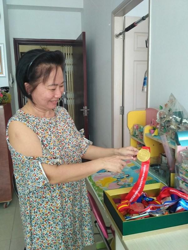 Chị Xuân Mai, mẹ của Bảo Ngân hạnh phúc chia sẻ thành tựu của con