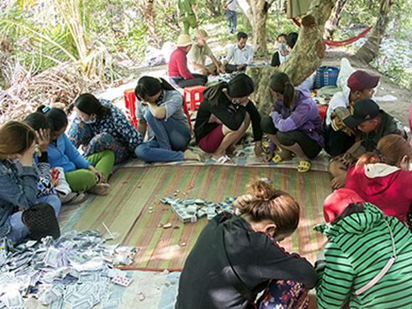 Hiện trường vụ bắt quả tang sòng bạc ở Vĩnh Long. Ảnh: An Bình.