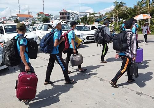 Học sinh huyện đảo Phú Quý vào TP Phan Thiết dự thi. Ảnh: Phan Thành.