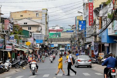 Mặc dù có vị trí đắc địa nhưng con đường Phan Bội Châu được đánh giá là khó có thể đầu tư kinh doanh lớn do hạ tầng xuống cấp. Ảnh: Quỳnh Trang.