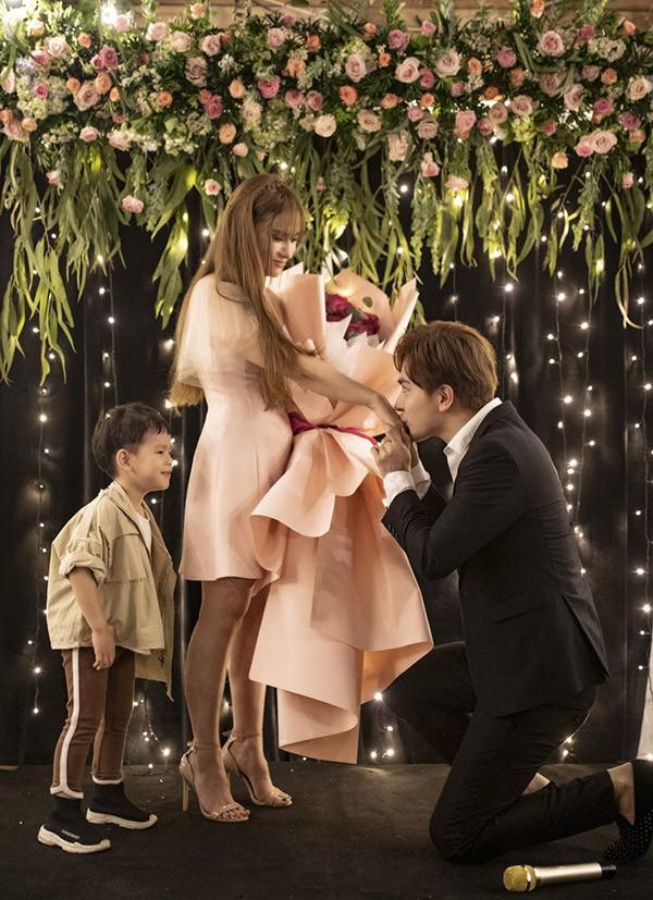 Kin Nguyễn âu yếm hôn tay Thu Thuỷ trước sự chứng kiến của bé Henry.