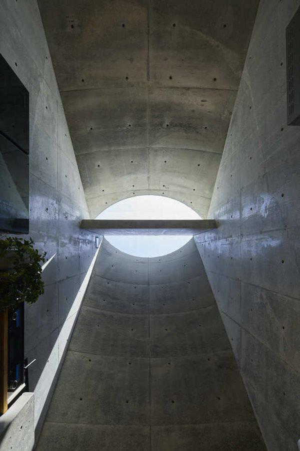 Giếng trời kết hợp trần nhà cao giúp hút gió vào nhà
