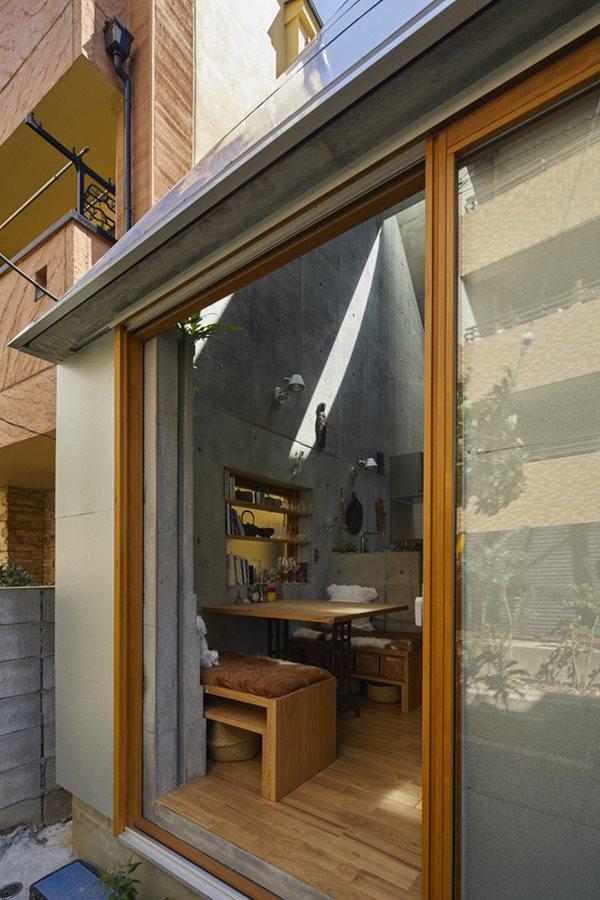 Cửa ra vào thiết kế bằng khung gỗ và tấm kính giống như hầu hết các căn nhà Nhật Bản khác, phù hợp với điều kiện nhiều động đất.