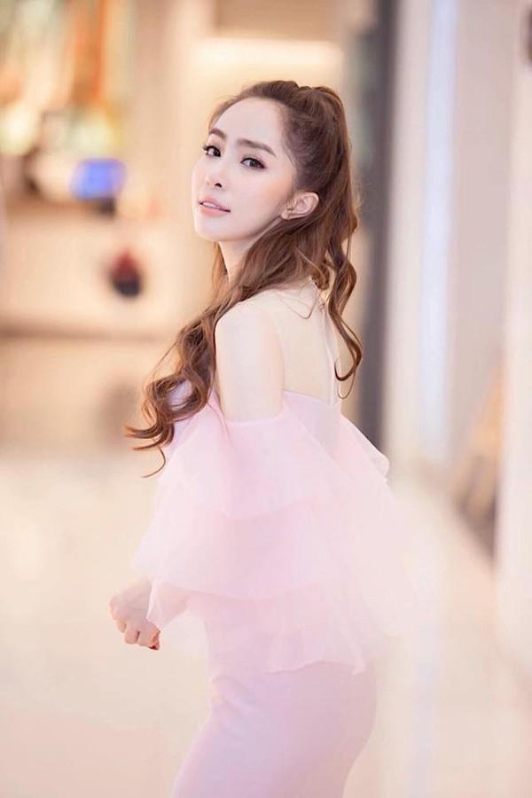 Người đẹp khoe vẻ đẹp ngọt ngào trong nhiều sự kiện cô tham gia.