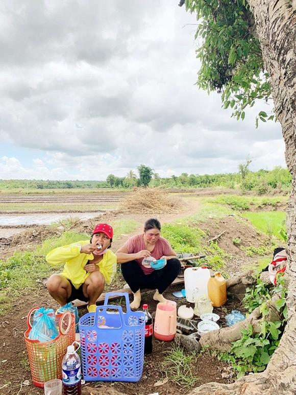 Những hình ảnh giản dị của HHen Niê trong chuyến về quê thăm gia đình