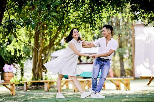 Khoảnh khắc nhảy múa dưới ánh nắng vui vẻ của cặp đôi lệch tuổi.