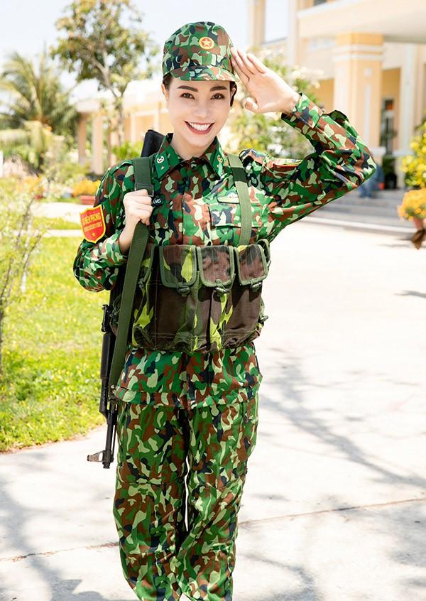 Trà Ngọc Hằng tới thăm trụ sở Bộ chỉ huy bộ đội biên phòng tỉnh Tiền Giang. Cô mặc quân phục, nai nịt gọn gàng, sẵn sàng làm nhiệm vụ bảo vệ biên giới.