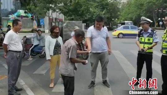 Anh Trịnh yêu cầu bồi thường 1 tệ