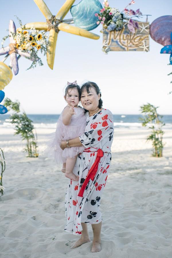 Myla chụp hình cùng bà ngoại Nguyễn Võ Lệ Hà.